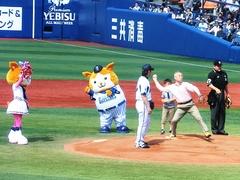 130428_横浜−阪神戦100万円チケットの人が始球式.jpg