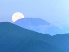富士山に月が沈む1.jpg