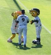20101017_05試合前にマートンとじゃれてるラッキー&トラッキー.jpg