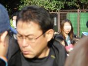 20110306_試合後サポにサインする反町監督.jpg