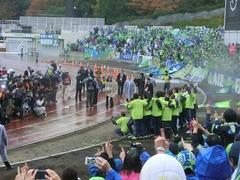 20121111_湘南3-0町田、試合終了J1復帰だ!記念撮影.jpg