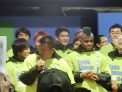 2012111_J1昇格報告会、キリノの頭が緑色.jpg