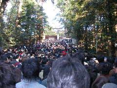 本宮へ参拝する人々.JPG