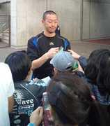 試合後サポーターのサインに応じる田村雄三.jpg